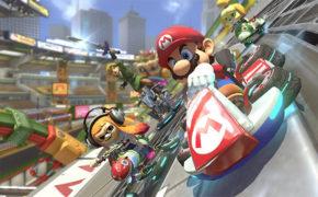 Was wäre eine Nintendo-Konsole ohne Mario Kart? Richtig: Unvollkommen! Für mich ist der Fun-Racer sogar schon mehrfach der Grund gewesen, mir zusätzlich zu Playstation oder Xbox extra noch eine Konsole von Nintendo zu holen. Für die Switch gibt es seit einiger Zeit Mario Kart 8 Deluxe. Und nur heute gibt es das Game bei Saturn.de zum absoluten Kampfpreis: Für 37 Euro! Die Versandkosten sind auch schon inklusive. Also – wenn du eine Switch hast und DEN Fun-Racer überhaupt zocken willst, ist das jetzt deine Gelegenheit, das Game günstig in deine Sammlung zu holen.