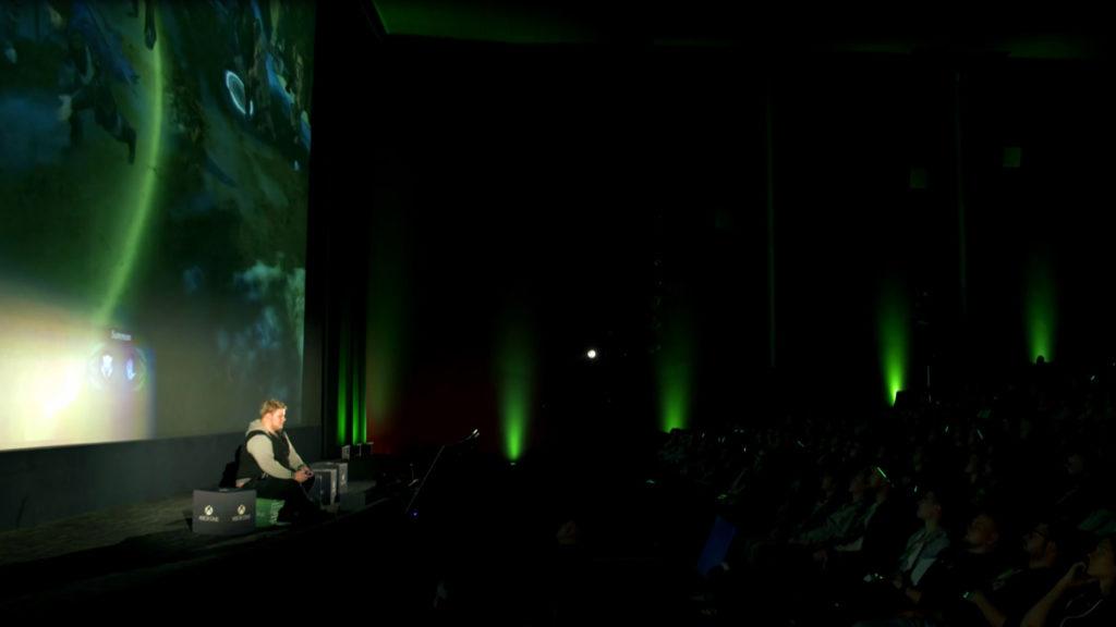 Mal auf der Kinoleinwand zu zocken, ist ein Traum vieler Gamer. Auch einer von Frank und mir. Ausleben konnten wir das zwar bisher nicht, aber am Montagabend immerhin einen Eindruck davon bekommen, dass es vermutlich wirklich so viel Spaß macht, wie bisher immer nur abstrakt angenommen. Da konnten nämlich rund 700 Gäste verschiedenen bekannten Youtubern live im Berliner Cubix Kino dabei zusehen, wie sie auf der riesigen Leinwand die neue Xbox One X im Rahmen eines Community-Events eingeweiht haben: Der Xbox One X Social Night.